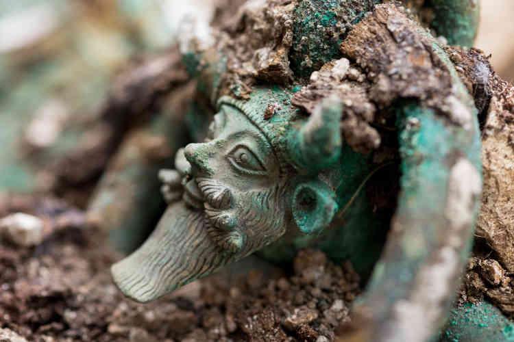Sur le chaudron mis au jour à Lavau (Aube), une anse est décorée d'une tête du dieu grec Achéloos.