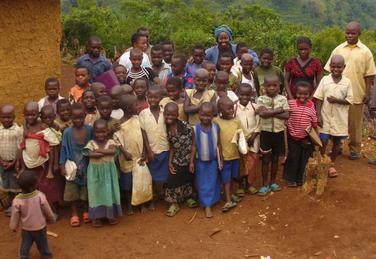 Colette Kitoga entourée d'orphelins  et d'ex-enfants soldats dans le centre d'accueil de  Kasika. Une localité théâtre de massacres en 1998.
