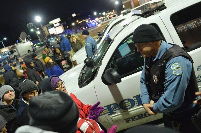 Des manifestants se sont rassemblés devant le département de police de Ferguson, après la décision de la justice fédérale de ne pas poursuivre Darren Wilson.