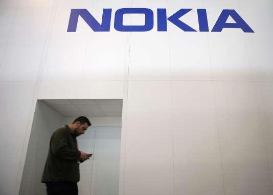 Nokia n'avait pas su négocier le virage du smartphone, ni s'adapter aux nouvelles préférences de consommateurs friands d'écrans tactiles et d'interfaces ergonomiques.