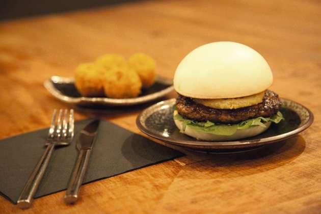 Siseng (Paris 10e) propose une carte hybride où les baos burgers côtoient le bo bun, la soupe thaïe et les tempuras.