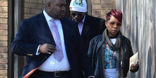 La mère de Michael Brown, Lesley McSpadden, à l'issue de la conférence de presse donnée à Saint-Louis. Jeudi 5 mars, la famille du jeune américain tué a annoncé son intention de porter plainte au civil contre la ville et le policier.