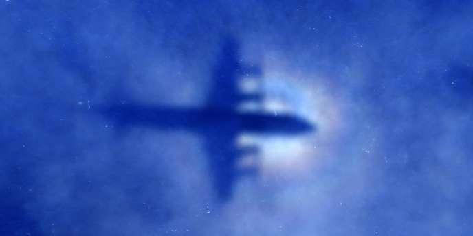 Un avion de l'armée néo-zélandaise survole l'océan à la recherche de débris du  MH370 en mars 2014.
