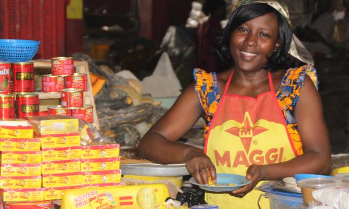 Une vendeuse Maggi, dans un marché d'Abidjan (Côte d'Ivoire).