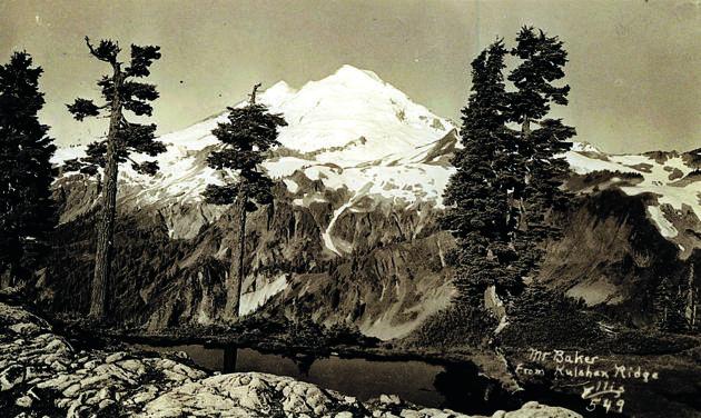 """48° 51' 57,4"""" de lat. N., 121° 40' 42,0"""" de long. O. Une carte postale signée Clifford B. Ellis, un photographe qui a travaillé dans la région de 1945 à 1970."""