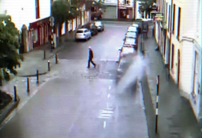 La silhouette de Peter Bergmann filmée par une caméra de surveillance dans une rue de Sligo.