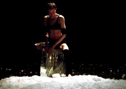 """Phia Ménard dans son spectacle solo """"P.P.P."""" (2008)."""