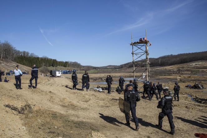 Evacuation de la ZAD contre le projet de barrage de Sivens (Tarn) par les gendarmes, le 6 mars. (AP Photo/Balint Porneczi)