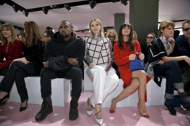 Kanye West (au centre), au défilé Christian Dior automne-hiver 2015-2016 à la Fashion Week de Paris, le 6 mars dernier.