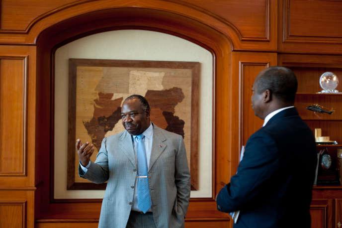 Le président gabonais, Ali Bongo Ondimba, en compagnie de son porte-parole, Alain Claude Bilie By Nze, le 5 mars, à Libreville.