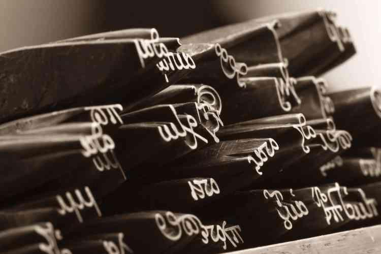 Ces poinçons ont servi à fabriquer les caractères avec lesquels furent imprimées par Robert Estienne des éditions de textes grecs de référence, à partir de manuscrits conservés à la bibliothèque royale.