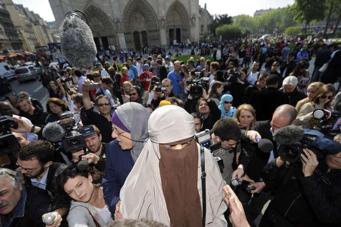 Porter le voile est en effet un acte paradoxal de liberté individuelle, tant qu'il correspond à l'exercice des libertés constitutionnelles de conscience et de culte (femme portant le niqab manifeste devant Notre Dame de Paris en 2011).