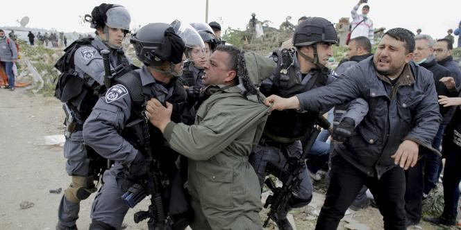 Heurts entre Palestiniens et gardes-frontières israéliens, en Cisjordanie, le16février2015. Les relations entre Palestiniens et Israéliens n'ont cessé de se dégrader depuis la rupture des négociations directes l'an dernier, en raison notamment de la poursuite de la colonisation juive en Cisjordanie et à Jérusalem-Est.