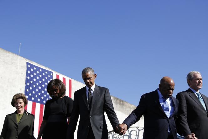 Hommage de Barack Obama, sa femme Michelle Obama, l'ancien président George W Bush et sa femme Laura Bush avec le représentant John Lewis à Selma, samedi après-midi.