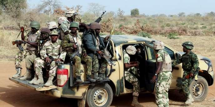Des soldats de l'armée nigériane patrouillent dans le nord-est du pays, le 5 mars 2015