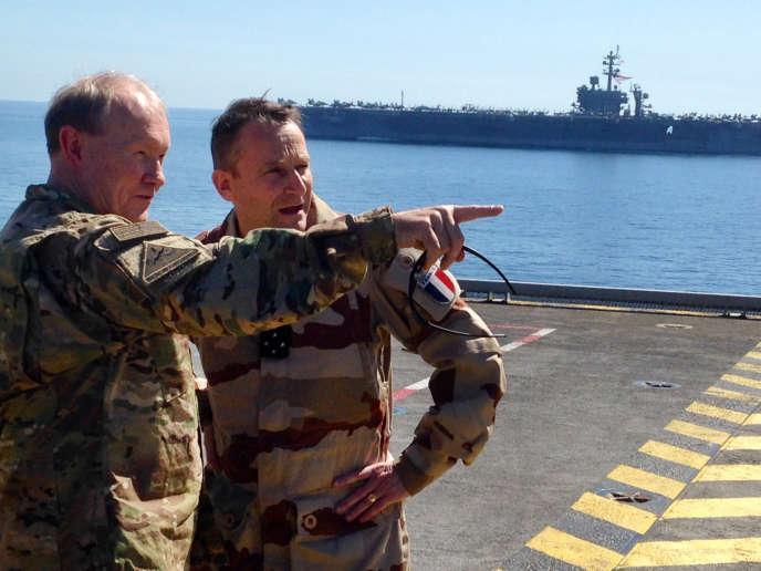 Les généraux Martin Dempsey et Pierre de Villers, sur le Charles-de-Gaulle, le 8 mars. Au second plan, le porte-avions américain