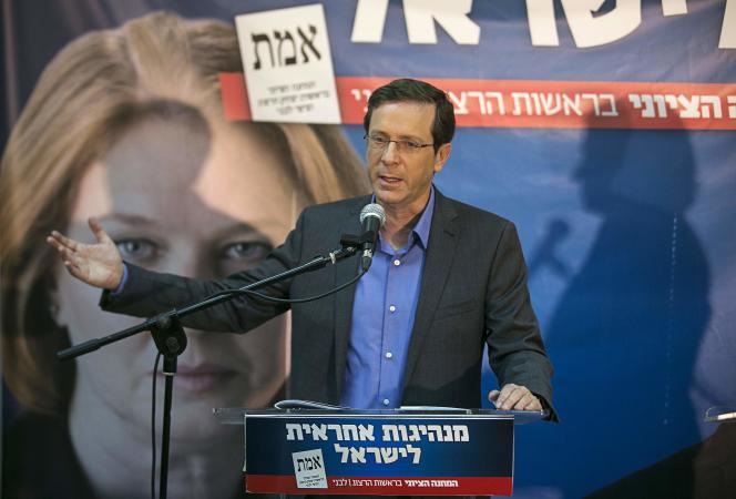 Isaac Herzog, leader de l'Union sioniste, devant une affiche de sa colisitère Tzipi Livni, lors d'un meeting de campagne à Tel Aviv, le 8 mars.