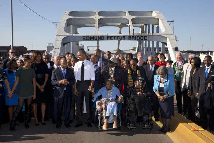 Le parlementaire John Lewis, à la droite de Barack Obama, sur le pont Edmund Pettus, à Selma (Alabama), samedi 7 mars 2015, lors du 50e anniversaire de la marche pour les droits civiques.
