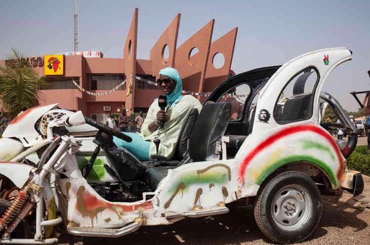 Une journaliste sénégalaise fait un direct devant le siège du Fespaco, le 28 février.
