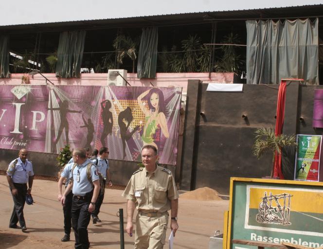 Des militaires français inspectent le site du bar-restaurant La Terrasse, visé par un attentat qui a fait cinq morts.