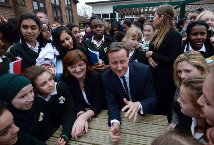 Le premier ministre britannique, David Cameron, et la secrétaire d'Etat à l'éducation, Nicky Morgan, rencontrent des élèves d'une école de filles à Londres, le 9 mars.