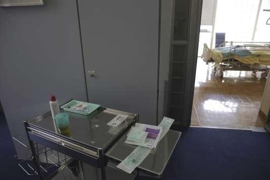 Un chariot médical à l'entrée d'une chambre au département de soins palliatifs à l'hôpital Paul-Brousse à Villejuif en mars 2015.