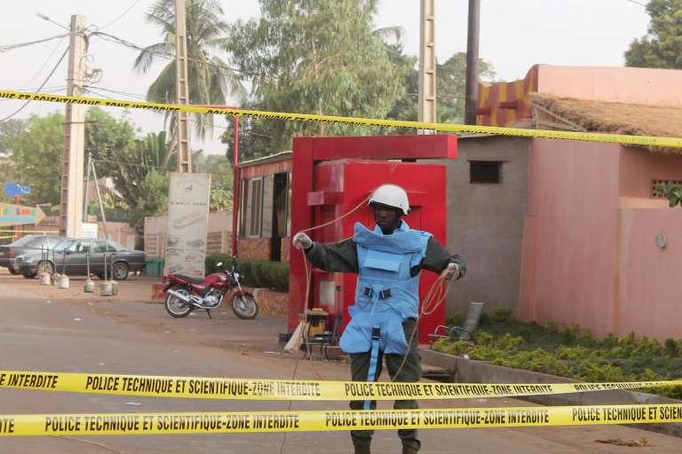 Devant le restaurant La Terrasse, à Bamako, où une attaque terroriste a fait 5 mort le  6 mars 2015.