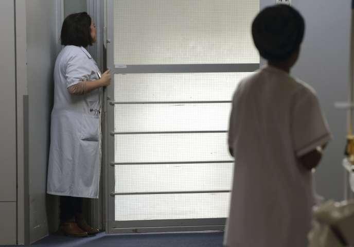 Des infirmières dans le centre de soins palliatifs de l'hôpital Paul-Brousse à Villejuif en mars 2015. La proposition de loi sur la fin de vie doit être soumise une nouvelle fois au vote le 25 janvier à l'Assemblée et le 17 février au Sénat.