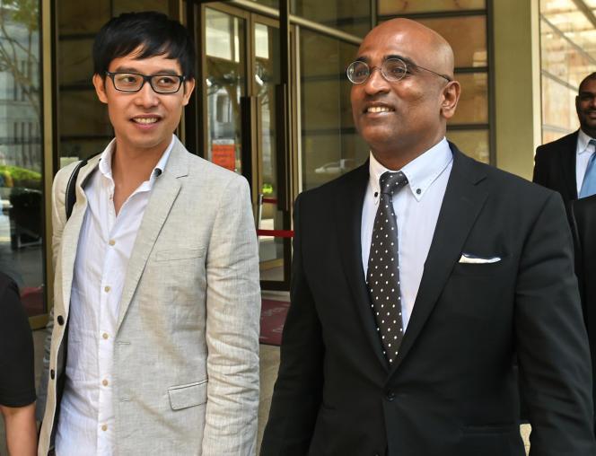 Roy Ngerng accompagné de son ancien avocat, M. Ravi, le 12 janvier à la Cour suprême. L'avocat, également militant des droits de l'homme, a été suspendu par les autorités, qui considèrent que sa santé psychique de lui permet pas d'exercer.