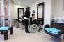"""Une personne agée se fait coiffer, le 13 janvier 2012 à Antibes, dans la maison de retraite """"Les jardins de Saint Paul""""."""