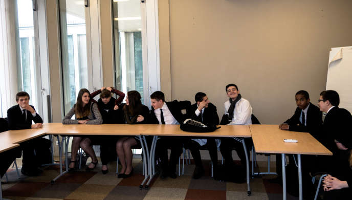 Des élèves des secondes techniques et professionnelles du lycée hôtelier Guillaume-Tirel, dans le 14e arrondissement de Paris.