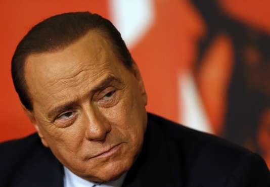 Embourbé dans des affaires judiciaires et fragilisé par des problèmes de santé, à 80 ans,Silvio Berlusconirefuse de lâcher les rênes de son parti.