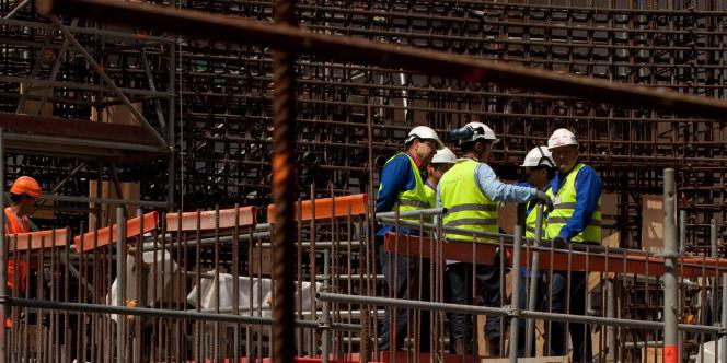 Construction de l'enceinte en beton du premier reacteur de troisieme generation, EPR    Ouvriers au travail dans le futur emplacement du coeur du reacteur