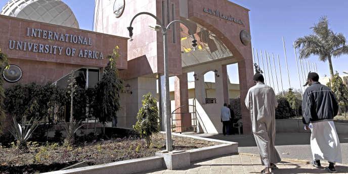 La porte principale de l'Université internationale d'Afrique, à Khartoum.