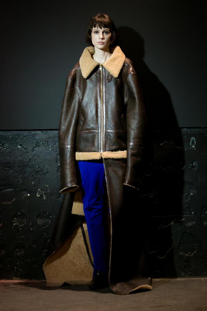 « Le détournement est la clé de notre approche », explique  Demna Gvasalia, fondateur du collectif Vêtements. Ici, un blouson  en peau lainée à traîne, collection automne-hiver 2015-2016.