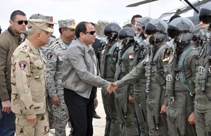 Le président Abdel Fattah Al-Sissi salue des pilotes de l'aviation égyptienne, près de la frontière avec la Libye, le 18février.