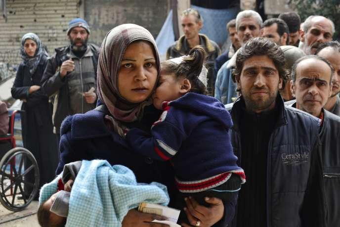 Distribution alimentaire dans le camp de réfugié palestien de Yarmouk près de Damas en Syrie le 11 mars.