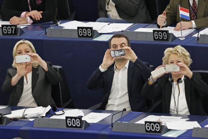 Les députés européens (FN) Marine Le Pen, Florian Philippot et Marie-Christine Arnautu, au Parliament européen de Strasbourg, en mars 2015.