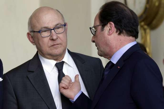 Le ministre de l'économie et des finances, Michel Sapin, et François Hollande, le 11mars 2015.