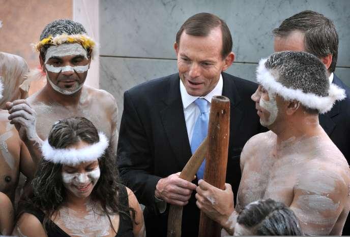Tony Abbott, le premier ministre australien en 2013, avec des artistes aborigènes.