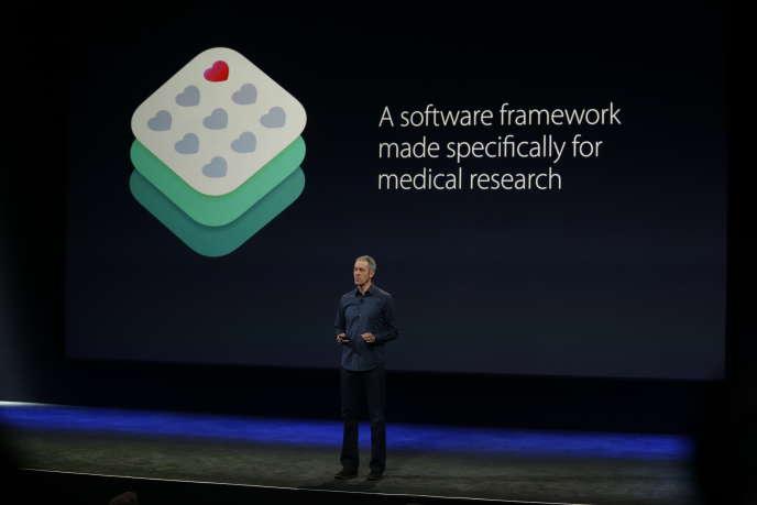 Jeff Williams, vice-président des opérations chez Apple, présente ResearchKit lors de la keynote du 9 mars 2015.