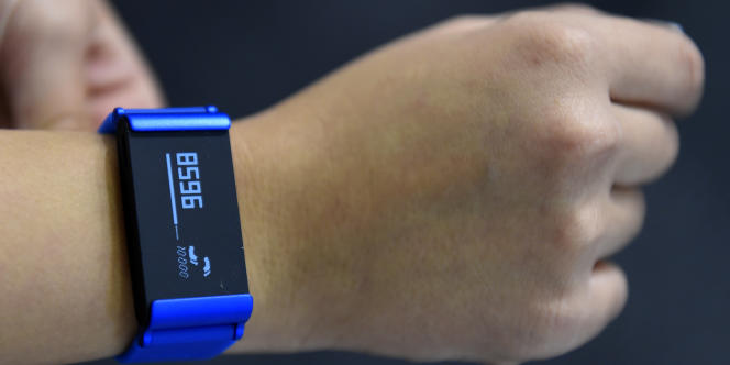 Les bracelets connectés peuvent transmettre des données à un smartphone, comme le rythme cardiaque de son utilisateur ou le nombre de pas effectués.