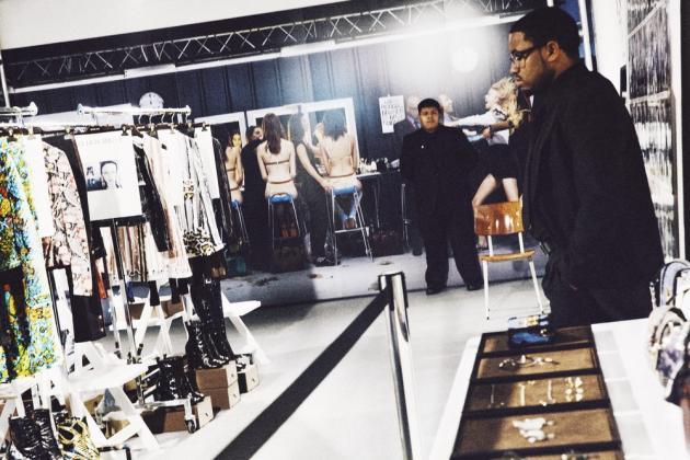 """Exposition Louis Vuitton à Los Angeles, """"Séries 2 - Past, Present, future"""", organisée pour marquer l'arrivée de Nicolas Ghesquière à la direction artistique. Ici, la salle « backstage », avec une fresque photographique de Jean-Paul Goude."""