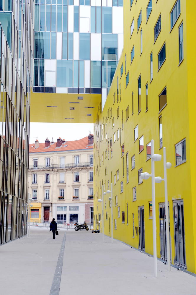 Le quartier de la gare de Châteaucreux en plein changement. L'immeuble moderne est le siège social de Saint-Etienne Métropole.