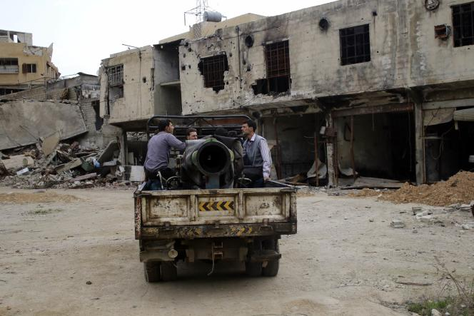 Des rebelles dans la plaine de la Ghouta, dans l'est de Damas, le 12 mars.