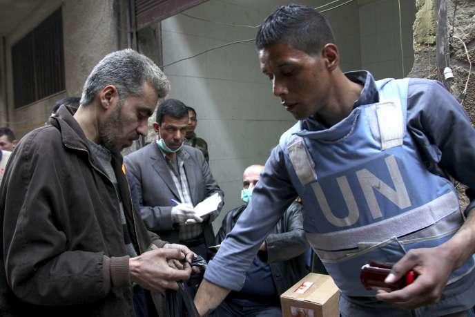 Lors d'une distribution de nourriture par l'UNRWA, l'agence de l'ONU chargée des réfugiés palestiniens au Proche-Orient, dans le camp de réfugiés de Yarmouk (Syrie), en mars 2015.