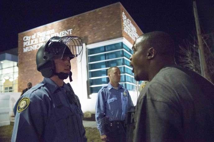 Un manifestant devant le commissariat de Ferguson (Missouri), le mercredi 11 mars. Deux policiers ont été blessés lors du rassemblement.