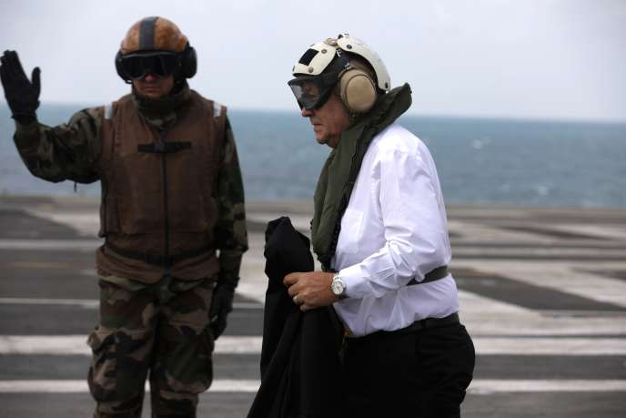 Le ministre de la défense, Jean-Yves Le Drian, atterrit sur le«Charles-de-Gaulle», le 23février.