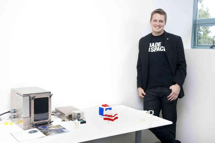 La Singularity University coache une trentaine de start-up comme Made In Space, qui a mis au point une imprimante 3D adaptée aux contraintes du voyage spatial. « Les astronautes cassent et perdent beaucoup de choses, souligne Brad Kohlenberg, 29 ans, l'un des fondateurs. Un milliard de dollars est ainsi immobilisé en l'air !  » Le premier prototype de Made in Space, le Zero-G Printer a été développé avec la NASA et envoyé dans l'espace en septembre 2014.