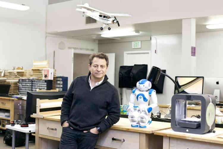 """Peter Diamandis, dans le """"Lab"""" de la Singularity University. Passionné par la conquête de l'espace, il a créé plusieurs start-up dans ce domaine et est l'auteur de best-sellers futuristes. D'abord créée sous la forme d'une association, la Singularity University s'est muée en entreprise en 2012."""